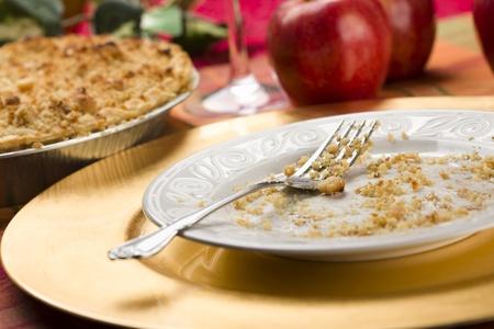 Apple Pie, leeg bord met de rest van Crumbs en vork. Stockfoto