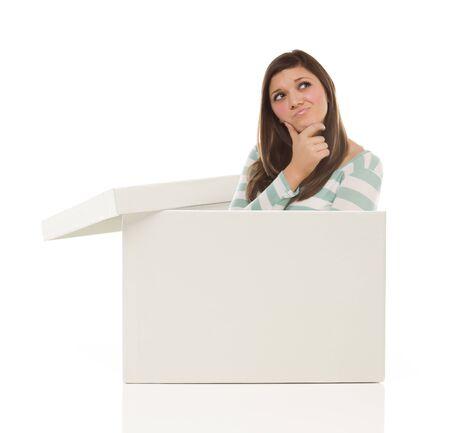 Aantrekkelijke Etnische Vrouwelijke Popping Out en Thinking Outside The Box Geà ¯ soleerd op een witte achtergrond.