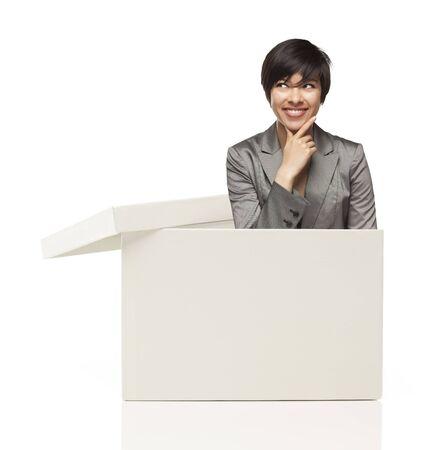 매력적인 민족 여성 터지는 아웃 및 흰색 배경에 고립 된 상자 밖에서 생각.