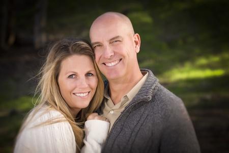pareja casada: Pareja atractiva con suéteres al aire libre en el Parque.