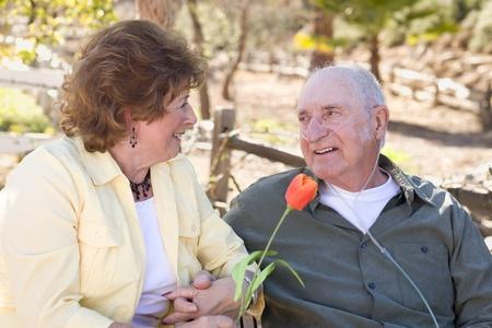 hombre sentado: Fuera de mujer mayor con hombre sentado uso de tubos de ox�geno.