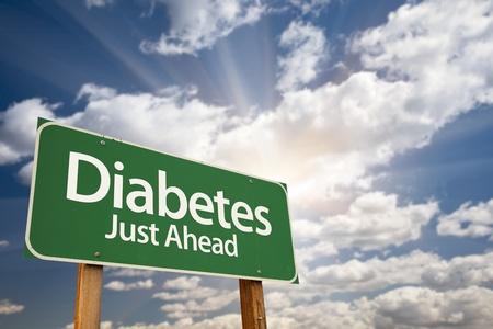 La diabetes Camino Verde Justo delante sesión con nubes dramáticas, rayos del sol y del cielo. Foto de archivo