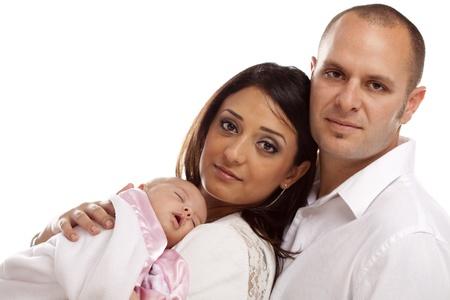 interracial marriage: Felice Giovane Famiglia Attraente sangue misto con neonato.