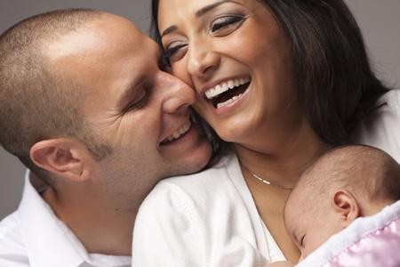 mariage mixte: Heureux Jeune Famille Attractive Mixed Race avec le b�b� nouveau-n�.