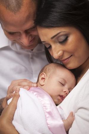 interracial marriage: Felice Giovane Attraente famiglia di sangue misto con il bambino appena nato.