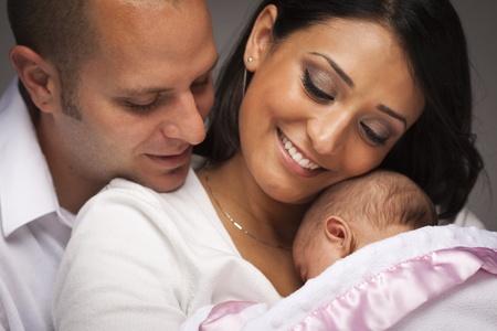 papa y mama: Feliz Joven Familia atractiva descendencia mixta con el beb� reci�n nacido.