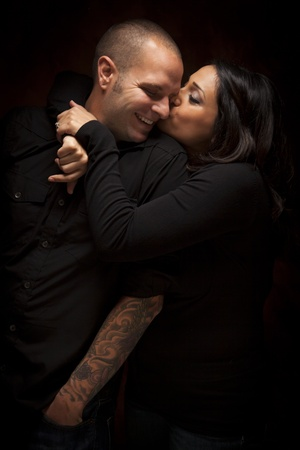 mixed race couple: Pareja Feliz raza mixta Coqueteando con cada retrato Otros Contra Un Fondo Negro.