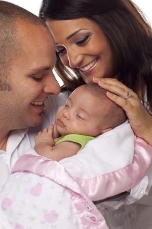 mixed race couple: Feliz Joven Atractiva Pareja descendencia mixta con el beb� reci�n nacido.