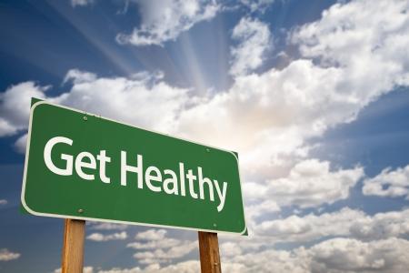 dieta sana: Obtener buena se�al de carretera verde con nubes dram�ticas, rayos del sol y del cielo.