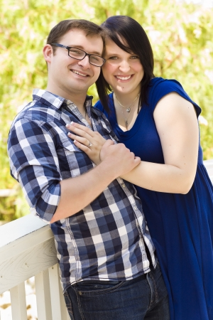 verlobt: Attraktive Junge Paar Spaß draußen im Park Portrait. Lizenzfreie Bilder