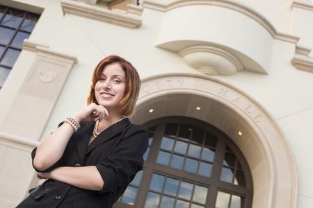 Fier Smiling Portrait Jeune femme d'affaires Jolie extérieur, en face de la Mairie du bâtiment. Banque d'images