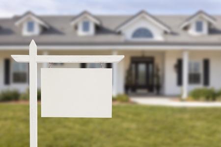 home for sale: Blank Sign immobiliare davanti al Bella nuova casa.