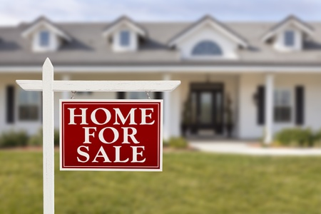 rental house: Home For Sale Sign Bienes Ra�ces en Frente de la casa nueva y hermosa. Foto de archivo