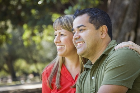 mixed race couple: Feliz Atractivo descendencia mixta retrato Pareja en el Parque