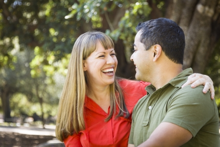 mixed race couple: Feliz pareja atractiva descendencia mixta disfrutando de un d�a en el parque Juntos Foto de archivo