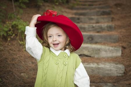 Glückliche Adorable Kind Mädchen mit Red Hat draußen spielen. Standard-Bild - 15781827