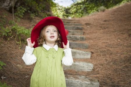 Glückliche Adorable Kind Mädchen mit Red Hat draußen spielen. Standard-Bild - 15781845