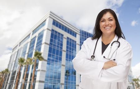 Aantrekkelijke Spaanse arts of verpleegkundige in Front van Corporate Building. Stockfoto