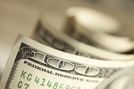 letra de cambio: Un resumen de billetes de cien dólares con profundidad de campo
