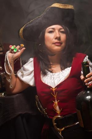 mujer pirata: Pirate dramático femenino en una escena de Moody con poca luz. Foto de archivo