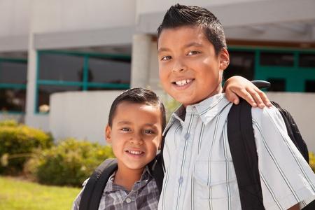 niños latinos: Hermanos lindos uso de mochilas para la escuela.