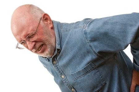 Kwellende Senior Man met Hurting Back op een witte achtergrond. Stockfoto