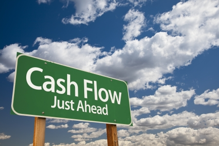 fluss: Cash Flow Green Road Sign Over Dramatic Wolken und Himmel.