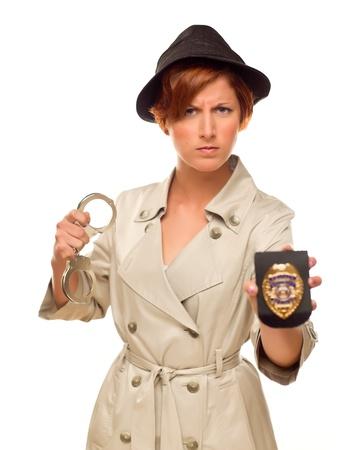 Attraente Donna Detective con le manette e distintivo in Trenchcoat isolato su uno sfondo bianco. Archivio Fotografico - 17032894