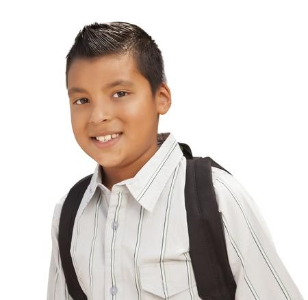 niños latinos: Feliz muchacho joven hispano con mochila lista para la escuela aislada en un fondo blanco.