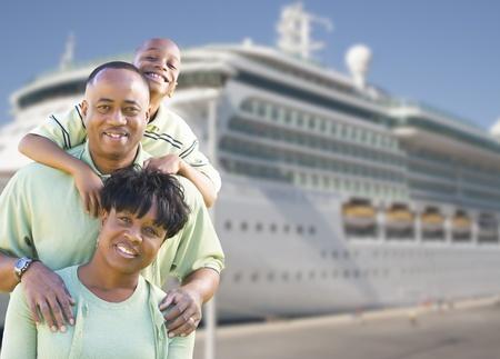 크루즈 선박 앞의 행복 한 아프리카 계 미국인 가족.