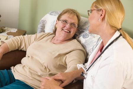 행복 한 미소 의사 또는 간호사 수석 여자의 자에 얘기.