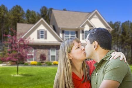 mixed race couple: Feliz cari�osos Mixed Race Pares que abrazan delante de la casa