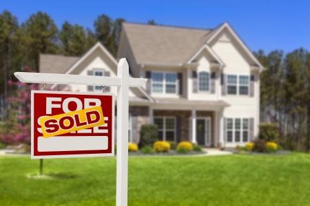Home verkocht voor verkoop onroerend goed teken en Beautiful nieuwe Parlement.