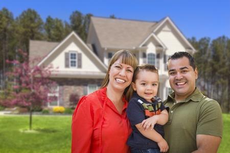 Gelukkig Mixed Race Jonge Familie in voor mooie huis