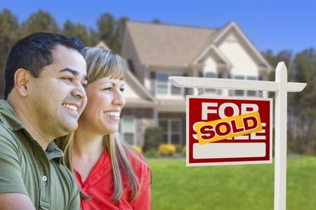 home for sale: Felice coppia di sangue misto nel Fronte della casa per vendita immobiliare segno e House.