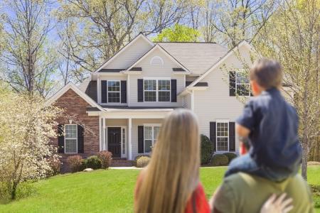 mixed race: Mixed Race Familia joven que mira la hermosa casa.