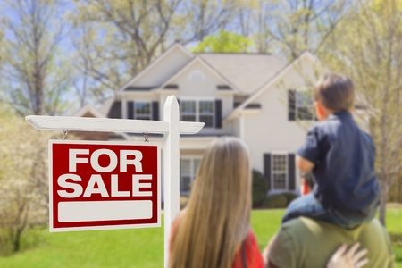 Neugierig Familie Facing Zum Verkauf Schild von Immobilienmakler und schönes neues Haus.