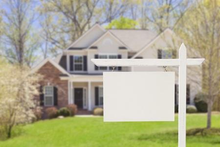 Blank Immobilien-Zeichen vor der schönen neuen Haus.