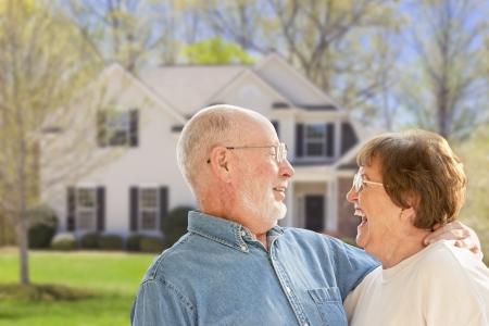 Gelukkig Hoger Paar in de voortuin van hun huis. Stockfoto
