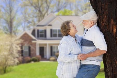 m�s viejo: Pares mayores felices en el patio delantero de su casa.