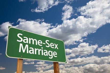 sex: Del mismo sexo Matrimonio Green Road Sign sobre dram�tico cielo azul y las nubes.