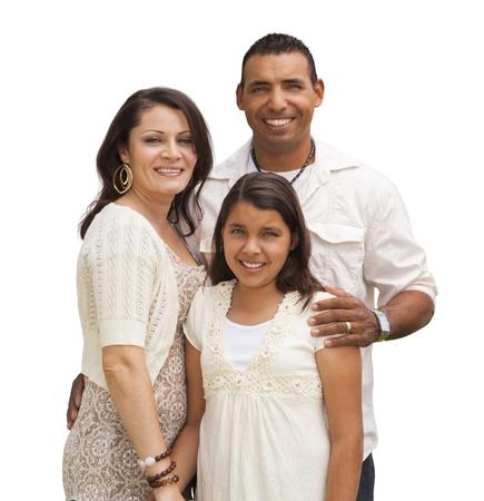 niños latinos: Madre hispánica, padre e hija aislada sobre un fondo blanco.