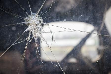 fissure: Résumé Cracked Glass Window on Camion antique avec attention sélective.