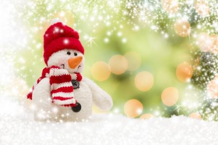 Leuke Sneeuwpop Over Groene En Gouden Sneeuw En Lichte Abstracte Achtergrond.
