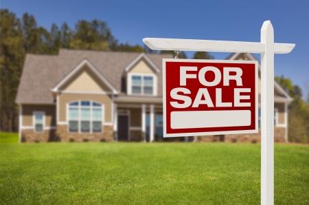 美しい新しい家の前で不動産の看板を販売のための家。 写真素材