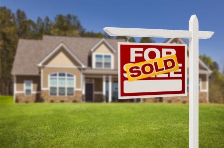 zakelijk: Verkocht Home Te Koop Real Estate teken voor mooie nieuwe huis. Stockfoto