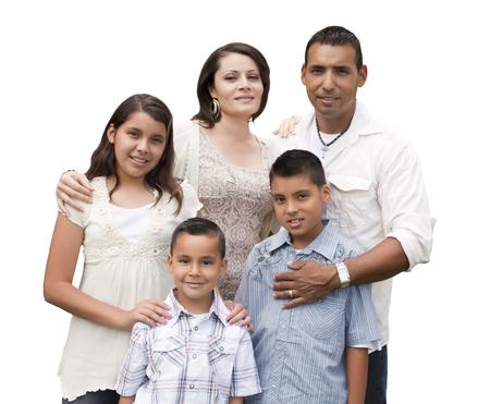 흰색 배경에 고립 된 매력적인 행복 히스패닉 가족 초상화.