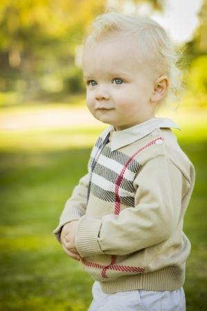 사랑스러운 작은 금발 아기 소년 야외 공원에서. 스톡 콘텐츠