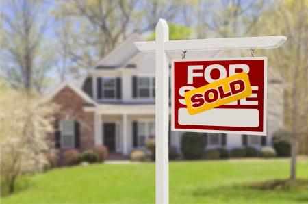 rood teken: Home verkocht voor verkoop onroerend goed teken voor mooie nieuwe huis. Stockfoto