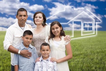 planificaci�n familiar: Feliz Permanente de la Familia Hispana en campo de hierba con Ghosted Casa Behind.